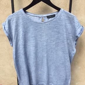 Fineste blåmellerede T-shirt fra Modstrøm, med dråbeåbning bag på og lille fast smøg på ærmerne.  Str hedder small, men passer small/medium.  Klik 'mød sælgeren' og se alle de fine ting på profilen🌺