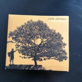 Jack Johnson CD. Titel: In Between Dreams'. Udgivelsesår 2005. Hørt 1 gang. Ingen ridser.  Original cover og sanghæfte.  Kan afhentes i Esbjerg eller sendes. Angivet pris er excl. fragt.