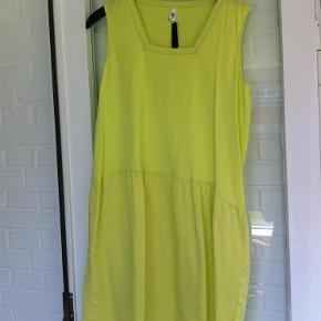 Brand: VERY vero moda Varetype: kjole Farve: Gul Oprindelig købspris: 460 kr.  Aldrig brugt - stadig med mærke. Længde: ca. 99 cm  Bytter ikke!