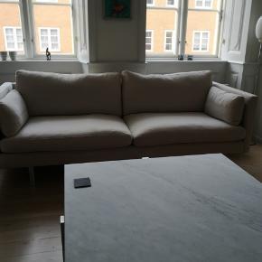 """Fin sofa fra Nielaus model Handy i stof Sahara, som er 100% bomuld i aftageligt betræk på hynder og puder. Som det fremgår af billede 2 er der en lille solskade på bagsiden.  Mål: 2,05 x D. 0,80xH. 0,85 Nyprisen fremgår af annoncen. Stål ben - kommer fra ikke ryger hjem uden små børn og husdyr. Ellers er den i fin stand.  Den skal afhentes i København K for egen regning på 1. Sal - det kræver mindst en stærk """"mand"""" for trappen er meget smal.  Vi stiller en mand til rådighed. På billede nr 2 kan man se farven i bedre lys. Jeg sælger også en 2,5 personers sofa i samme model og stof. De er i god stand. På billede 3 ser du et bedre billede af den 2,5 sofa, som jeg sælger. Begge er i samme stof kvalitet og farve. Købt samtidigt og i god stand."""