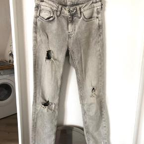 Fede ZARA jeans med slidt look. Brugt få gange.