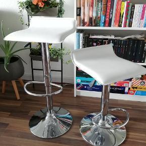 Barstole med hæve/sænke funktion. 2 stole til 300 kr.