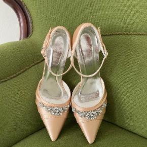 Helt nye satin sko i farven 'champagne' ment som brudesko. Da jeg har fundet et andet par, vil jeg sælge dette helt ubrugte par.