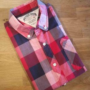 Mega lækker sommer skjorte med korte ærmer. Meget flot og behagelig. Nypris: 1000,-  Se også alle mine andre annoncer med mærkevarer af meget høj kvalitet og stand til vanvittigt lave priser.