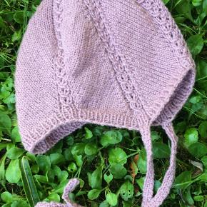 Lille blød og elastisk hue i ren merino uld. Passer ca. fra 6 mdr. til 11-12 mdr.