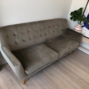 Sælger min 1 år gamle sofa fra sinnerup. Det er en velour sofa som er en 2 1/2 mands. Puderne kan tages af, der er ingen tegn på slid. Kan afhentes i Århus C. Mål: 180x75