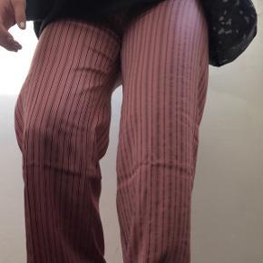 Har desværre fået små pletter ved højre ben, se andet billede - man kan dog næsten ikke se det