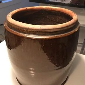 Stor smuk potte sælges, h 35 ( målt med underskål), dia ca 31 Afhentes 9520 Skørping