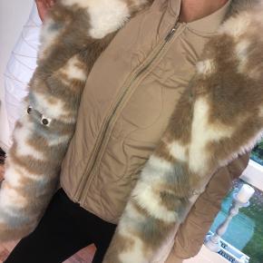 Mega fed faux fur vest. 2 mindre pletter på siden, som kan ses på billedet. Sælges billigt da jeg ikke bruger den.