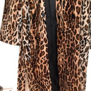 Model: Stand Ayla Leo Wrap  Jakken har taljebælte, lommer og er lavet i et lækkert og blødt materiale.   Detaljer:  Størrelsesguide: Normal  Materiale: 100% Polyester