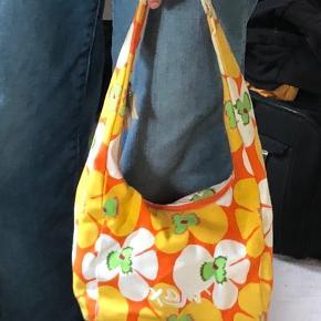 Retro,vintage taske med cute mønster🤩 God stand;) 🐓 Mærke: max Kom altid med et bud;)💛  Tags:  Aesthetic, designer, 00's, 90's, Mode, Trend, trendy, vintage, retro, indie, Egil, y2k   ❌Tjek gerne de andre vintage tasker på min profil❌