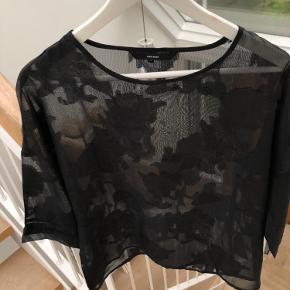 Transparent top fra Vero Moda med sort blomsterprint. Brugt en enkelt gang :)