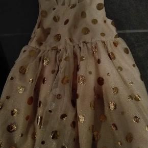 Rosa med kobber prikker med glimmer. Rigtig fin kjole.
