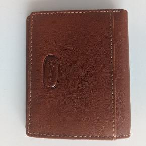 """Pung stemplet med """"Genuine leather made in Italy"""". Super lækker kvalitet. Både til mænd og kvinder. Kan evt også sendes med brev til en 10'er."""