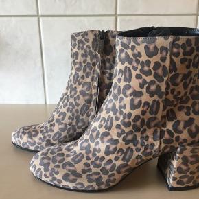 Flotte korte støvler fra Apair, skjult lynlås og skindbeklædt på 7, 5 cm Købspris 2199,-
