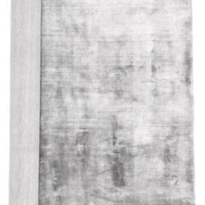 Viscose gulvtæppe grå. 140x200   Aldrig brugt. Ligger stadig i indpakningen.