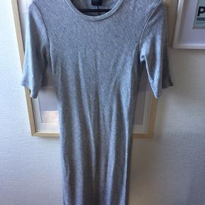 Grå kjole i strækkjole fra Armani Exchange str. S  God kvalitet og vasket 4-5 gange.  Nypris: 699kr