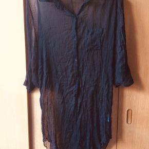 Lang gennemsigtig skjorte fra Ganni. Ingen pletter eller huller