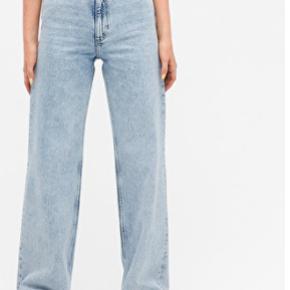 Yoko jeans i en str 26, på andet billede kan man se hvordan buksen rigtig ser ud. Jeg har klippet et hul i hvert knæ og syet dem en smule ind ned langs benet så de ikke er så brede.