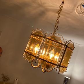 Smuk vintage lampe. Flere billeder kan e-mailes.   Bud fra 500 kr. pp.  Bytter ikke. Kan afhentes på Frederiksberg. :)
