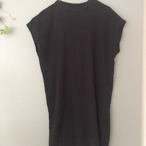 T-shirt kjole fra Weekday i str S. Kun været brugt få gange og fremstår derfor som nærmest ny! Perfekt til sommer og ferie 🌞