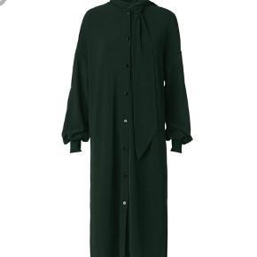 Varetype: Andet Farve: Grøn Oprindelig købspris: 2199 kr.  Style simonas i dyb grøn - str xxs til den store side. Aldrig brugt - Sløjfen følger ikke med, den fik jeg ikke med ved køb og fandt først ud af det efterflg. Kan bruges som kimono, kjole, cardigan. Bytter ikke - byd.
