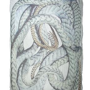 Stort Faliero Sarti halstørklæde (serpentelli) med slange motiv. Halstørklædet blev lavet i forbindelse med fejringen af slangens år for nogle år tilbage. Halstørklædet har brugsspor i kraft af nogle tråde her og der som er gået op.  OBS jeg gør opmærksom på at de første to billeder er hentet fra nettet, og de er udelukkende taget med for at hjælpe med at visualisere halstørklædet.