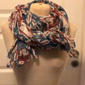 Super flot tørklæde, der måler 100 x 200 cm. Tørklædet er i farverne støvet blå, rød og hvid  Byd :-)