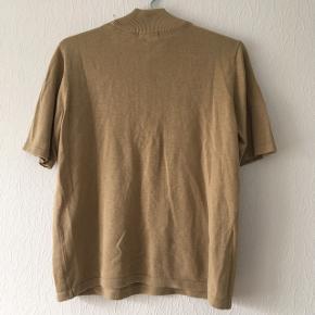Karamel farvet, brun t-shirt m. høj hals, str. M/38-40