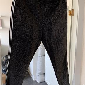 Bukser fra vero moda - grå med sølv glimmer. Hvid og sort striber ned af siden.  Pris ex fragt