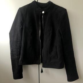 Ingen tegn på slid - jakken har lommer i siderne og lynlås på ærmerne👏🏼