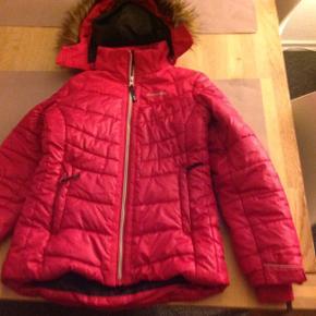 Der er et lille hul forneden ved lynlåsen, jakken ellers så godt som ubrugt derfor den lave pris som dog er fast