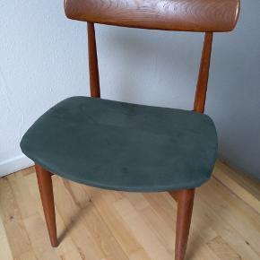 Smuk teaktræsstol med smuk ryg. Måler 74 cm høj i ryggen. Sidehøjde 44 cm. Sæde måler 51x43 cm. Har uundgåelige brugsspor, men er flot.   Orginalt med sort sæde, men jeg har selv ombetrukket den med lækker grønt stof.  Kan afhentes i Tilst.