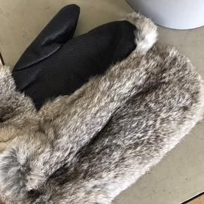 Handsker/luffer i kaninpels. Aldrig brugt da de ikke lige er mig. Læder på indersiden
