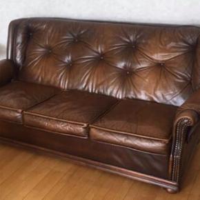 Engelsk stil sofa i ægte læder, godt brugt men stadig god kvalitet. Skriv for interesse. Er åben for realistiske bud..