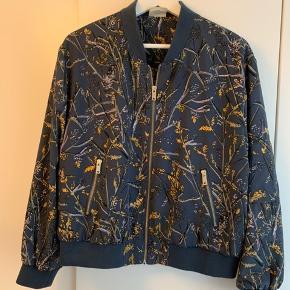 Fed bomber-jacket fra Heartmade / Julie Fagerholt. Fejler intet. Super smart til jeans. Kom med et bud - bytter ikke.   Se også mine andre annoncer.