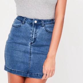 Helt ny denim nederdel, med massere af stræk. Den er aldrig brugt, da jeg desværre ikke passer den. Str. 38.  Jeg bytter ikke.  God mængderabat gives - så tjek mine andre annoncer 🌸