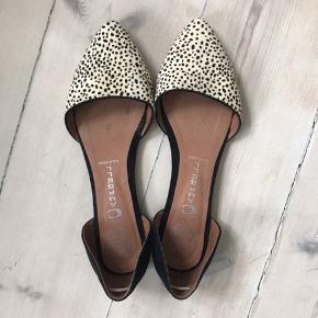 Fine ballerina sko i prikket dyreprint i sort og hvid. Den rigtig gode ende af god men brugt.