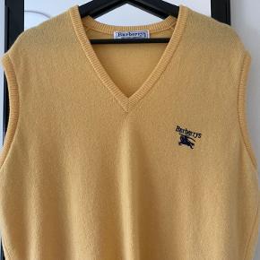 Vintage Burberys vest i gul  Flot stand  Super lækker med 100% lammeuld Fitter en person på 170cm
