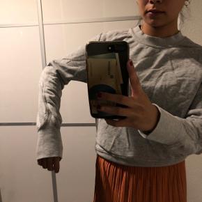Basic grå sweatshirt fra H&M Str: xs Prisen er ikke fast, så byd endelig :)