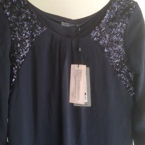Mærke: soaked in Luxury Style: Beaddres, X49584003 Størrelse: XS, passer også str S Farve: blå Materiale: polyester Kjolen. Kjolen er foret. Trekvart lange ærmer. Perlebesætning på forstykket. Stoffet er blødt og modellen er løs Stand: kjolen er ikke brugt, stadig med prismærke  Nypris: 599 kr  Sælges: 175 kr