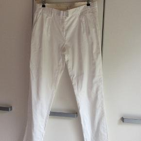 Smukke bukser med læg og skrålommer foran, bukserne er brugte men absolut i den meget pæne ende af god men brugt. Prisen er inkl. Porto sendt med DAO igennem trendsales.