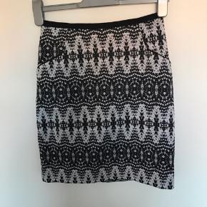 Smuk nederdel fra H&M str 36 Næsten som ny Længde 46 cm