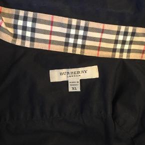 Varetype: Langærmet Farve: Sort Oprindelig købspris: 1500 kr.  Sort skjorte fra Burberry. Har max været på 3 -4 gange. Ingen slid og den er helt sort ingen forvanskning. Købt i dk og er ægte.