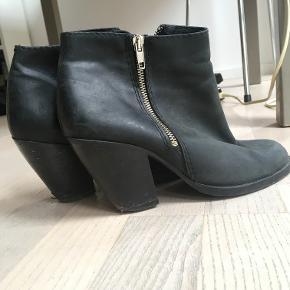 Meget smukke Gardenia støvler / støvletter. 8 cm hæl. Lækkert læder. Lidt skræmmer på hælen.