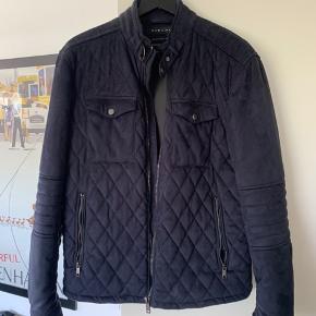 Lækker jakke i god kvalitet! Stoffet er noget lignende velour, som kan ses på billedet :)
