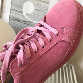 Populære lyserøde sneakers i ruskind str. 37 💕Aldrig brugt, sælges da de er for små til mig desværre.