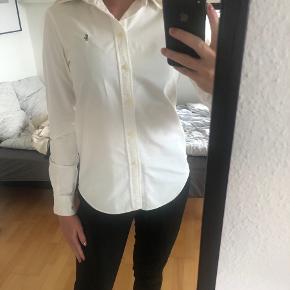 Super dejlig skjorte fra Ralph Lauren i god kvalitet. Er brugt nogle gange, men fejler intet.