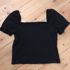 Sort bluse fra H&M i str. L. Brugt et par gange men stadig i god stand.
