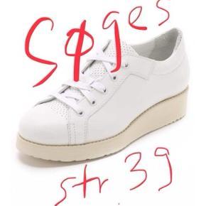 Jeg søger disse Kobe sneakers i str 39 i god stand.